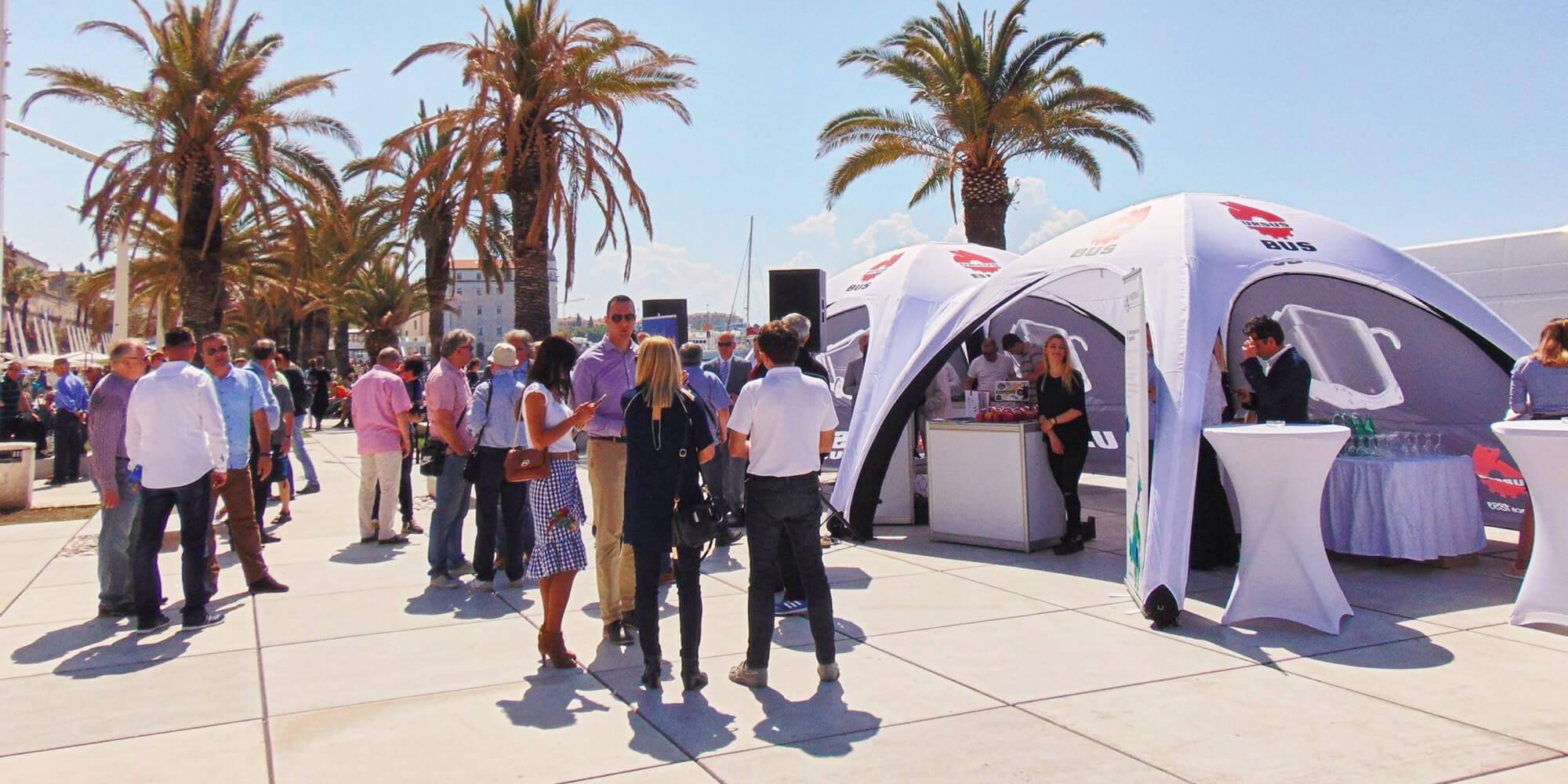 Namioty reklamowe VENTO jako stoisko firmy Ursus podczas targów