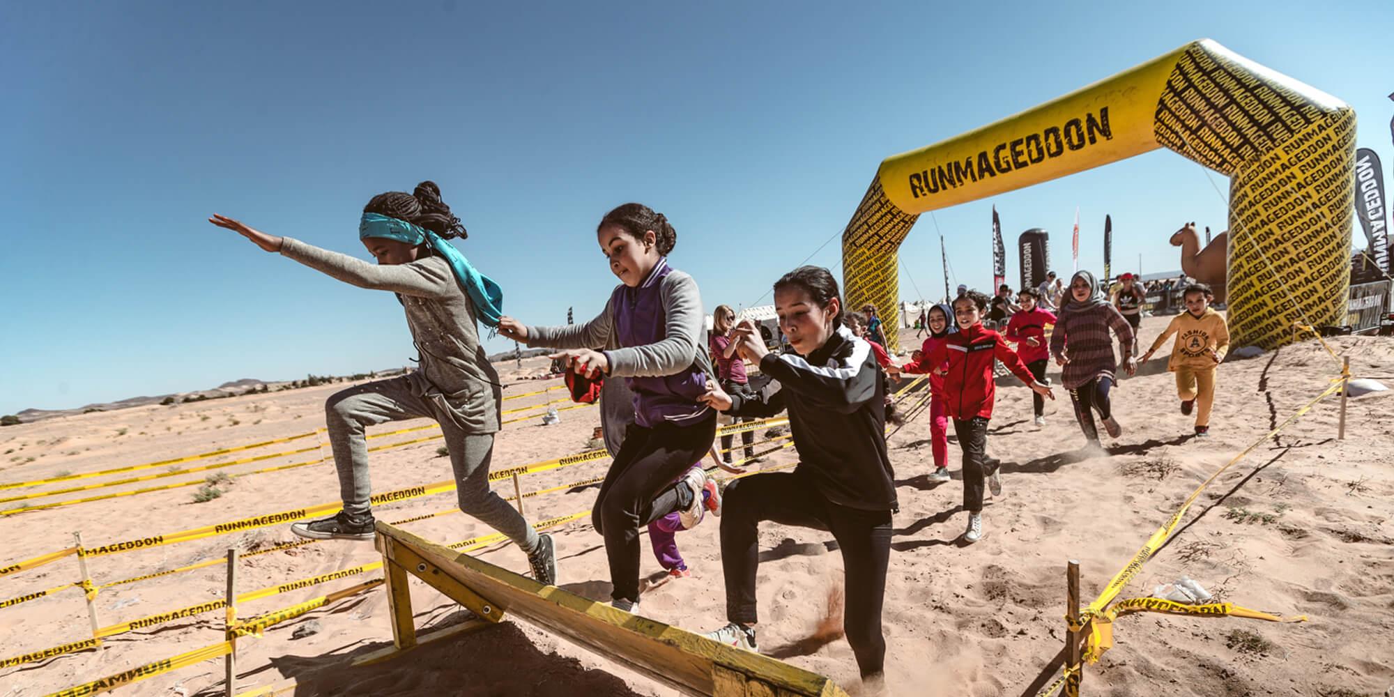 Brama startowa stosowana na pustyni podczas ektremalnych biegów Runmageddon