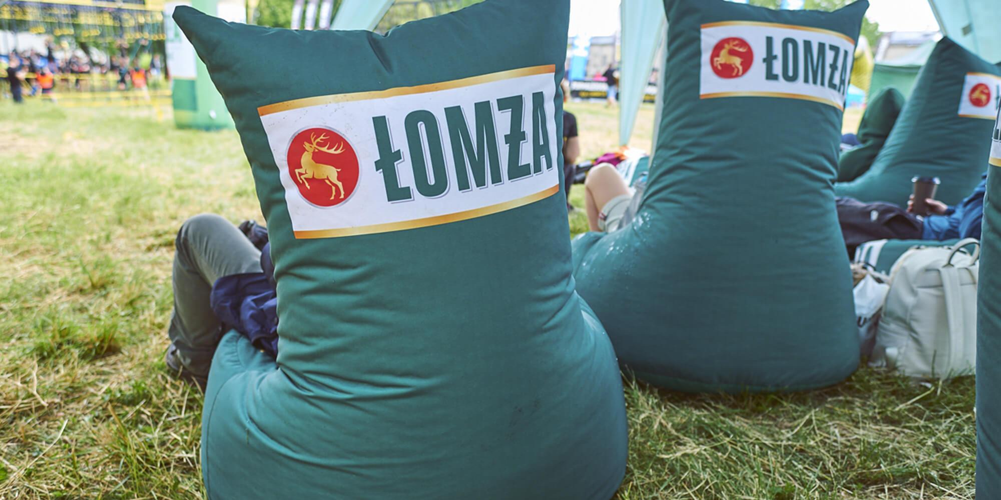 Fotel reklamowy z logo Łomża podczas eventu w plenerze