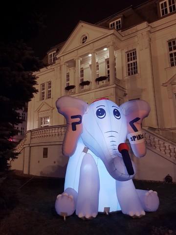 Inflatable mascot for Radio PIK in the night scenario.