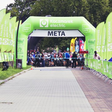 Running kit: starting gate with flags.