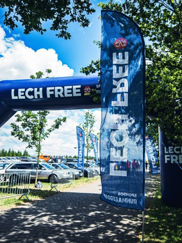 Rider advertising flags with the Lech Free brand
