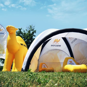 Wileton - a relax zone under the VENTO tent and an unusual Camel-shaped balloon.