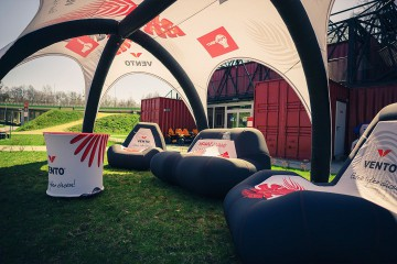 The chillout zone under the VENTO SIX tent is equipped with chairs, a sofa and a coffee table.